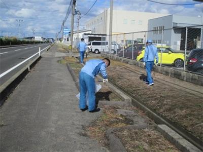 会社周辺の清掃活動を行いました。